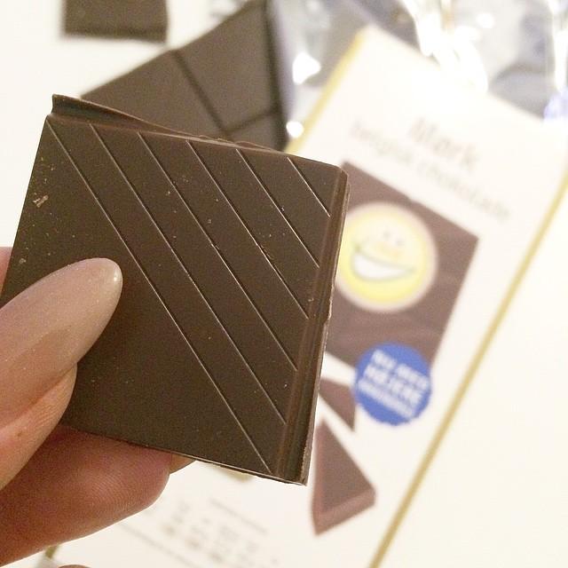 Har hørt at man får store babbe-dutter af mørk chokolade ☝️ Dét må komme an på en prøve! #ikkeværst #chocolate #snack @isis_udentilsatsukker